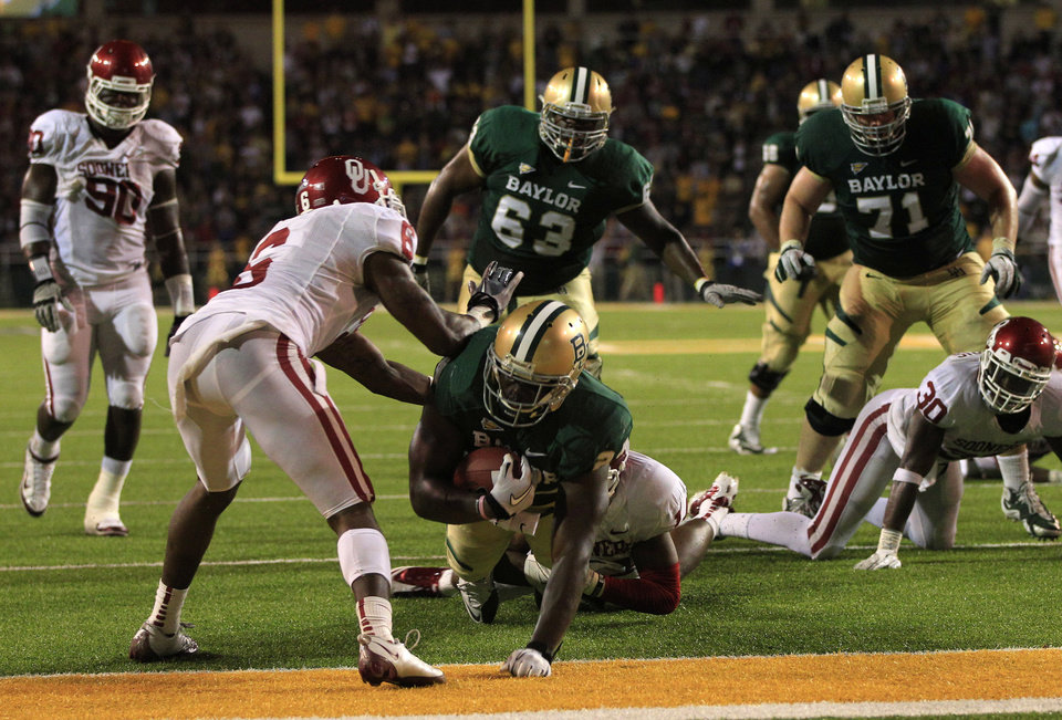 Photo - Baylor running back Terrance Ganaway (24) breaks into the end zone for a touchdown in front of Oklahoma quarterback Ben Sherrard (6) in the second half of an NCAA college football game, Saturday, Nov. 19, 2011, in Waco, Texas. Baylor won 45-38. (AP Photo/Tony Gutierrez) ORG XMIT: TXTG219