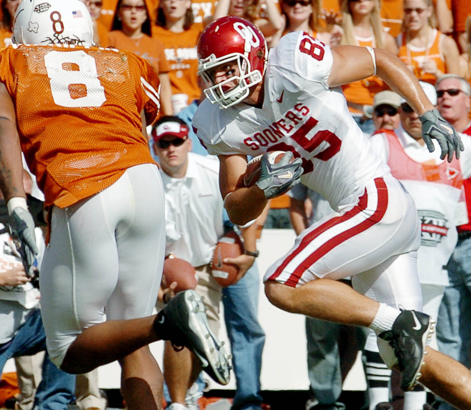 Photo - Joe Jon Finley runs a pass reception into the end zone in the fourth quarter during the University of Oklahoma Sooners (OU) college football game against the University of Texas (UT), at the Cotton Bowl in Dallas, Saturday, October 8, 2005. The game is the 100th in the series of the Red River Rivalry.  The Sooners lost 45-12.   By Steve Sisney/The Oklahoman