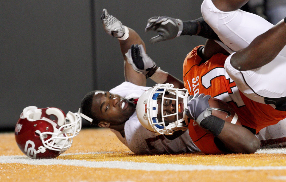Photo - Oklahoma State's Shaun Lewis Wes scores in front of Oklahoma's Demarco Murray (7) after an interception during the Bedlam college football game between the University of Oklahoma Sooners (OU) and the Oklahoma State University Cowboys (OSU) at Boone Pickens Stadium in Stillwater, Okla., Saturday, Nov. 27, 2010. Photo by Bryan Terry, The Oklahoman