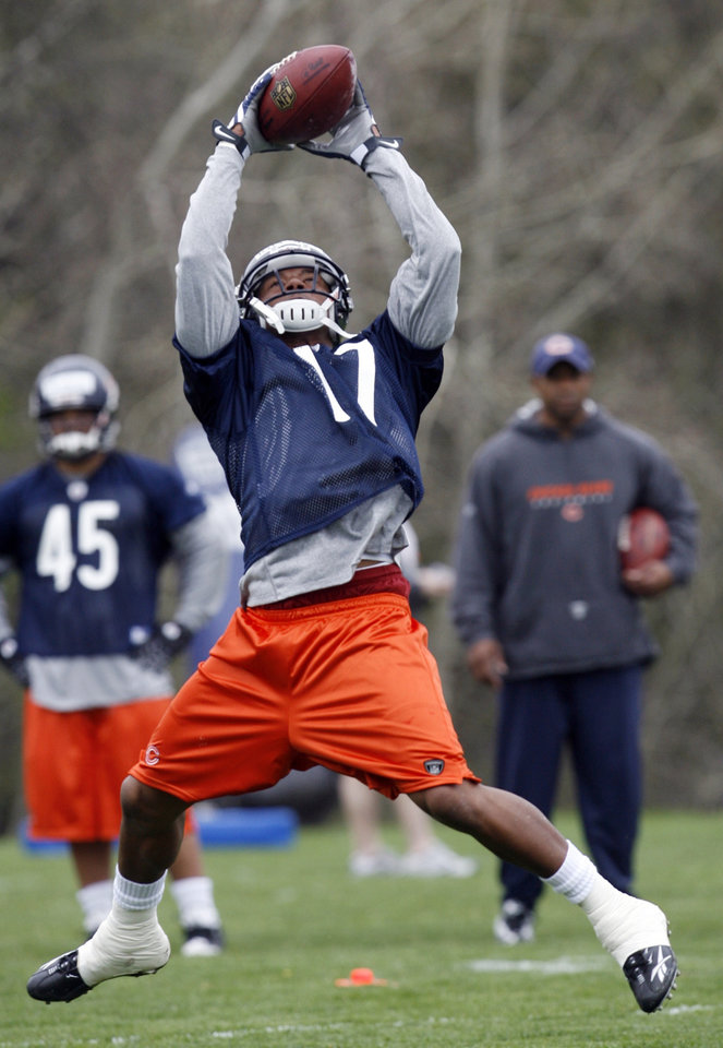 Chicago Bears\' Juaquin Iglesias catches a ball during football minicamp at Halas Hall, Friday, May 1, 2009 in Lake Forest, Ill.(AP Photo/Nam Y. Huh) ORG XMIT: ILNH107
