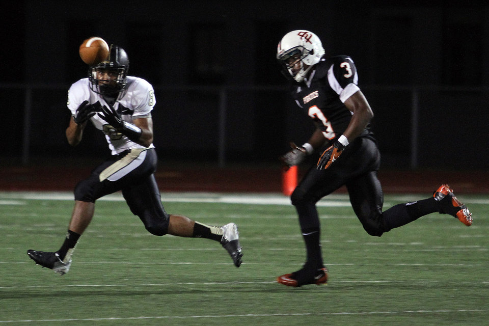 Broken Arrow\'s Jaylon Calhoun receives the pass and scores a touchdown as Putnam City\'s JD Clark defends during Putnam City - Broken Arrow high school football game at Putnam City Stadium Friday night. PHOTO BY HUGH SCOTT FOR THE OKLAHOMAN ORG XMIT: KOD