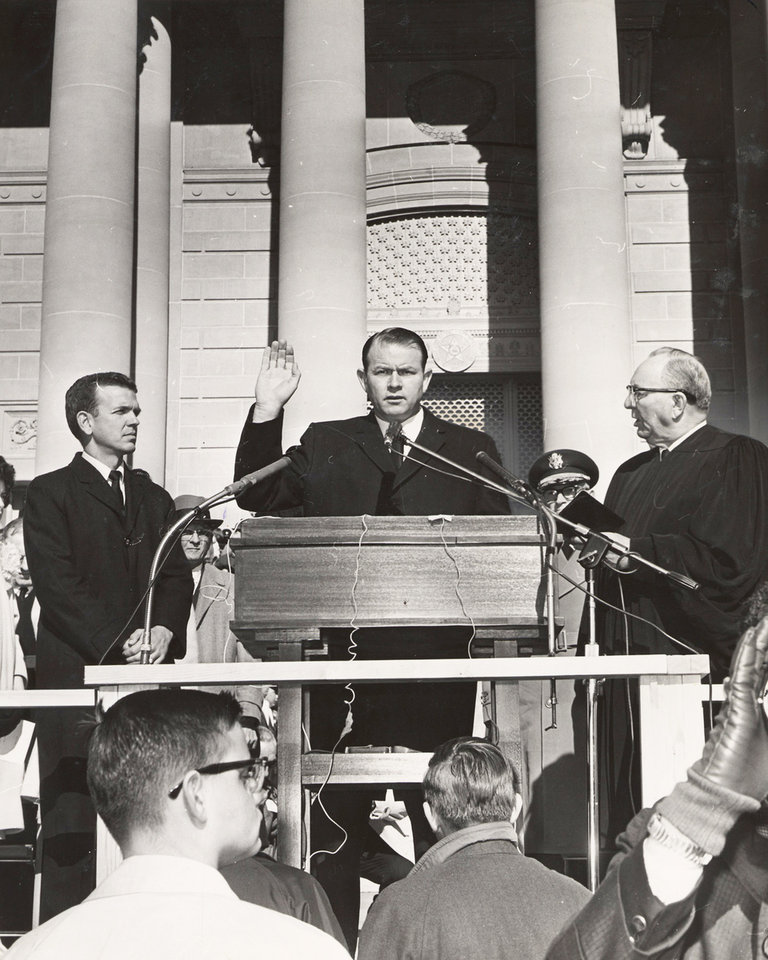 Photo - FORMER GOVERNOR / GOV. / HENRY BELLMON / DEATH / DIED TUESDAY, 09/28/2009: Flanked by Judge Ross Rizley, right, and George Nigh, Henry Bellmon is sworn in as governor in 1963. OKLAHOMAN ARCHIVE PHOTO 		ORG XMIT: 0909292230160314