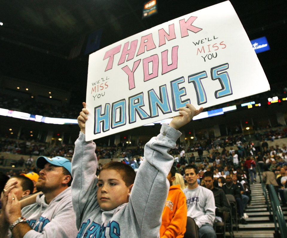 Photo - Nine-year-old Braven Thomas holds up a sign during the Hornets' final home game in OKC on April 13, 2007. (Oklahoman archive photo)