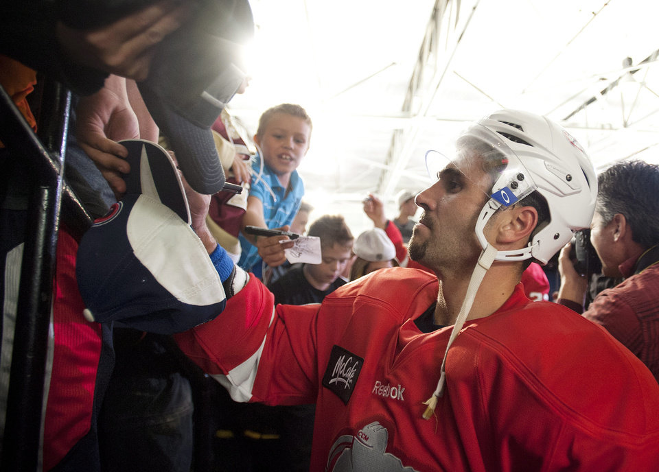 Photo -   Montreal Canadiens' Brian Gionta signs autographs for fans at the end of the first period of a charity hockey game in Chateauguay, Quebec, Thursday, Sept. 27, 2012. The NHL canceled the rest of the preseason Thursday, just a day before negotiations were set to resume in an effort to end the lockout. (AP Photo/The Canadian Press, Graham Hughes)