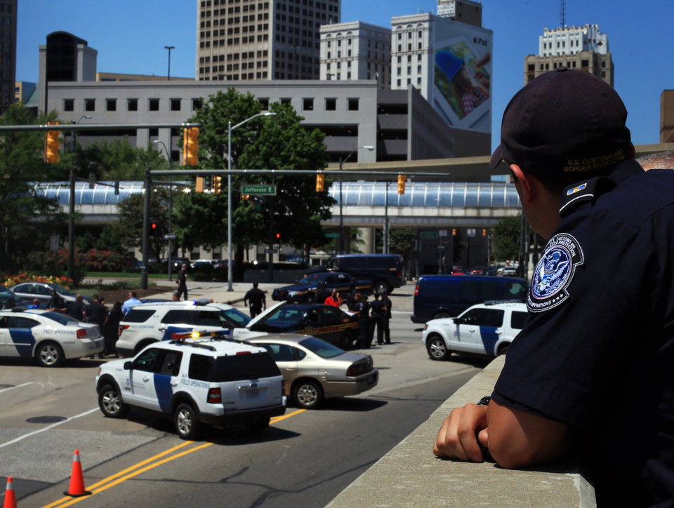 Photo -   Authorities investigate a bomb threat at the Detroit Windsor Tunnel Thursday, July 12, 2012. The Detroit-Windsor Tunnel has reopened after a bomb threat phoned in to Canadian authorities led to the closing of the international crossing for several hours Thursday afternoon. Cars began entering the tunnel at the U.S. end about 4:30 p.m., and tunnel chief executive Neal Belitsky says traffic resumed from the Canadian end soon after. Belitsky says nothing was found in searches by video, bomb-sniffing dog and bomb squad personnel. (AP Photo/Detroit Free Press, Susan Tusa) DETROIT NEWS OUT; NO SALES