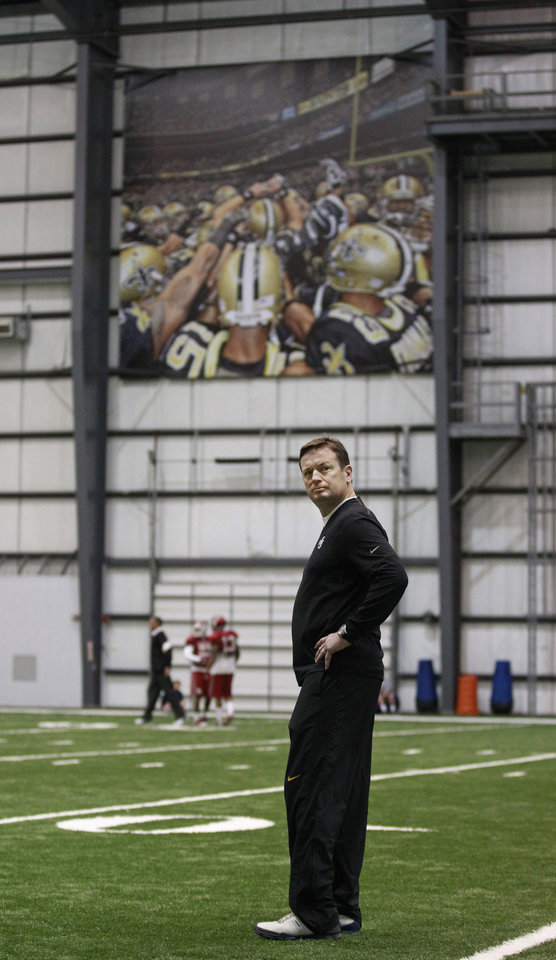 Photo - Oklahoma head coach Bob Stoops watches practice at the New Orleans Saints practice facility in Metairie, La., Saturday, Dec. 28, 2013.  Oklahoma will play Alabama in the Sugar Bowl on Jan. 2, 2014. (AP Photo/Bill Haber)