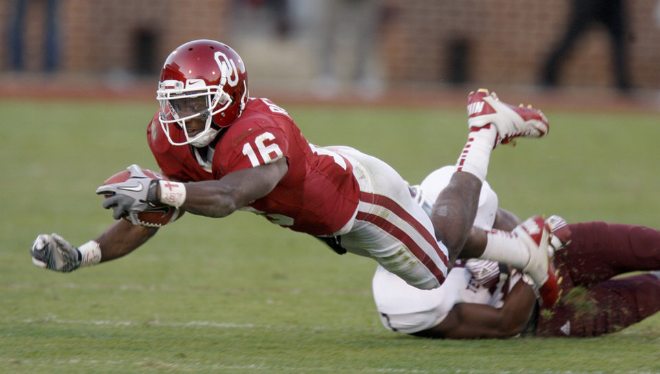 Photo - Oklahoma's Jaz Reynolds (16) leaps for more yards during the college football game between the Texas A&M Aggies and the University of Oklahoma Sooners (OU) at Gaylord Family-Oklahoma Memorial Stadium on Saturday, Nov. 5, 2011, in Norman, Okla. Oklahoma won 41-25.  Photo by Bryan Terry, The Oklahoman