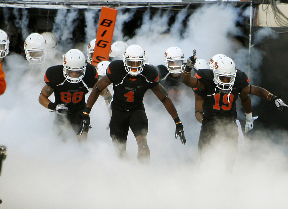 Photo - The OSU team takes the field before their game against Arizona on Thursday. PHOTO BY BRYAN TERRY, The Oklahoman