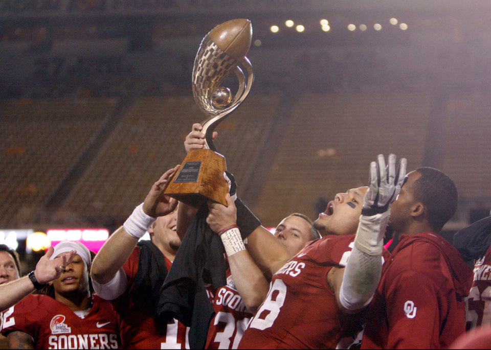 Photo - Oklahoma's Travis Lewis (28) celebrates the Sooner's win in the Insight Bowl college football game between the University of Oklahoma (OU) Sooners and the Iowa Hawkeyes at Sun Devil Stadium in Tempe, Ariz., Friday, Dec. 30, 2011. Photo by Sarah Phipps, The Oklahoman