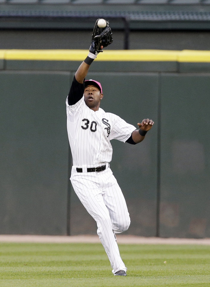 Photo - Chicago White Sox center fielder Alejandro De Aza catches a sacrifice fly ball hit by Arizona Diamondbacks' Martin Prado during the fifth inning of an interleague baseball game in Chicago, Saturday, May 10, 2014. (AP Photo/Nam Y. Huh)