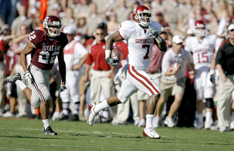 Photo - OU's DeMarco Murray runs past Texas A&M's Trent Hunter during the college football game between the University of Oklahoma and Texas A&M University at Kyle in College Station, Texas, Saturday, November 8, 2008.  BY BRYAN TERRY, THE OKLAHOMAN