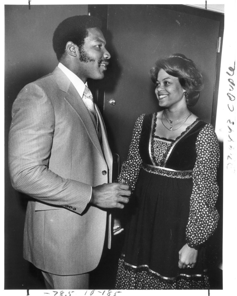 Lee Roy Selmon chats with wife Claybra at the recent Headliners dinner. Staff photo by Paul Southerland 1-11-1980