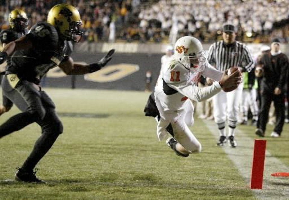 Photo - OSU's  Zac  Robinson dives for a touchdown beside Colorado's Anthony Perkins during the college football game between Oklahoma State University and the University of Colorado at Folsom Field in Boulder, Colo., Saturday, Nov. 15, 2008. BY BRYAN TERRY, THE OKLAHOMAN