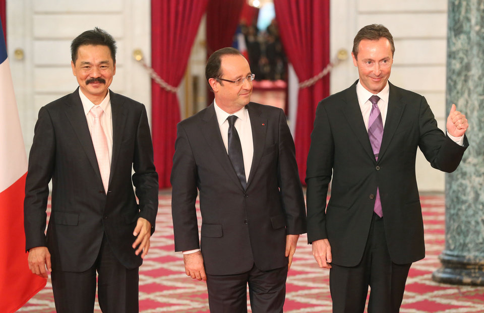 CEO of Airbus, French Fabrice Bregier, right,  thumbs up as he poses for the media with CEO of Lion Air, Indonesian Rusdi Kirana, left, France's President Francois Hollande, center, during a signing ceremony at the Elysee Palace in Paris, Monday, March 18, 2013. Indonesian airline Lion Air is to buy 234 short to medium range aircraft from Airbus for 18.4 billion euro ($24 billion), in what is being billed as the biggest civilian deal in the history of the aircraft manufacturer. The contract was announced Monday at the French presidential palace, a sign of the deal's importance to the government. Airbus said it would secure 5,000 jobs at a time when French unemployment hovers around the 10 percent mark. (AP Photo/Michel Euler)