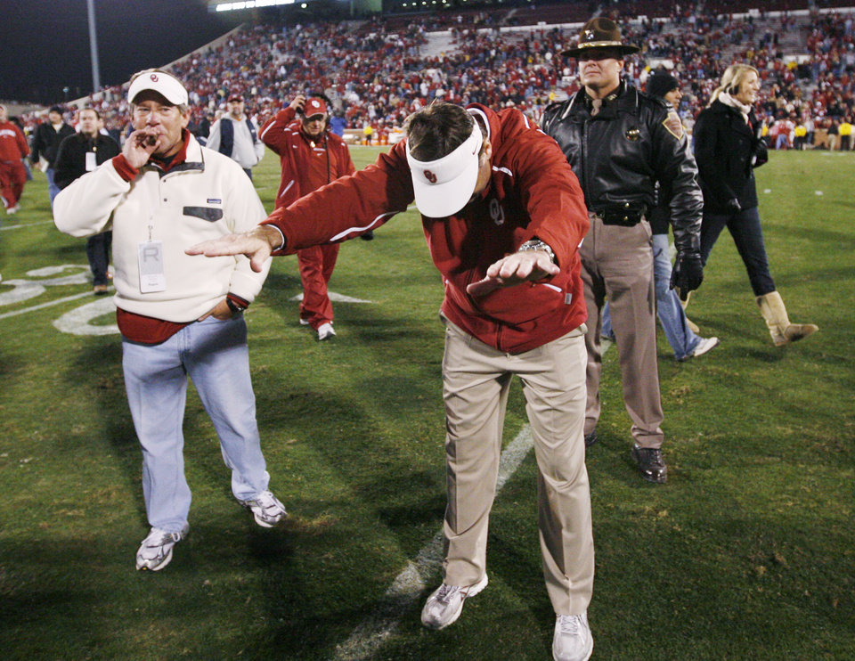 Photo - BOW: OU head coach Bob Stoops bows to fans as Regent Rick Dunning, left, looks on after the college football game between the University of Oklahoma Sooners and Texas Tech University at Gaylord Family -- Oklahoma Memorial Stadium in Norman, Okla., Saturday, Nov. 22, 2008. OU won, 65-21. BY NATE BILLINGS, THE OKLAHOMAN ORG XMIT: KOD