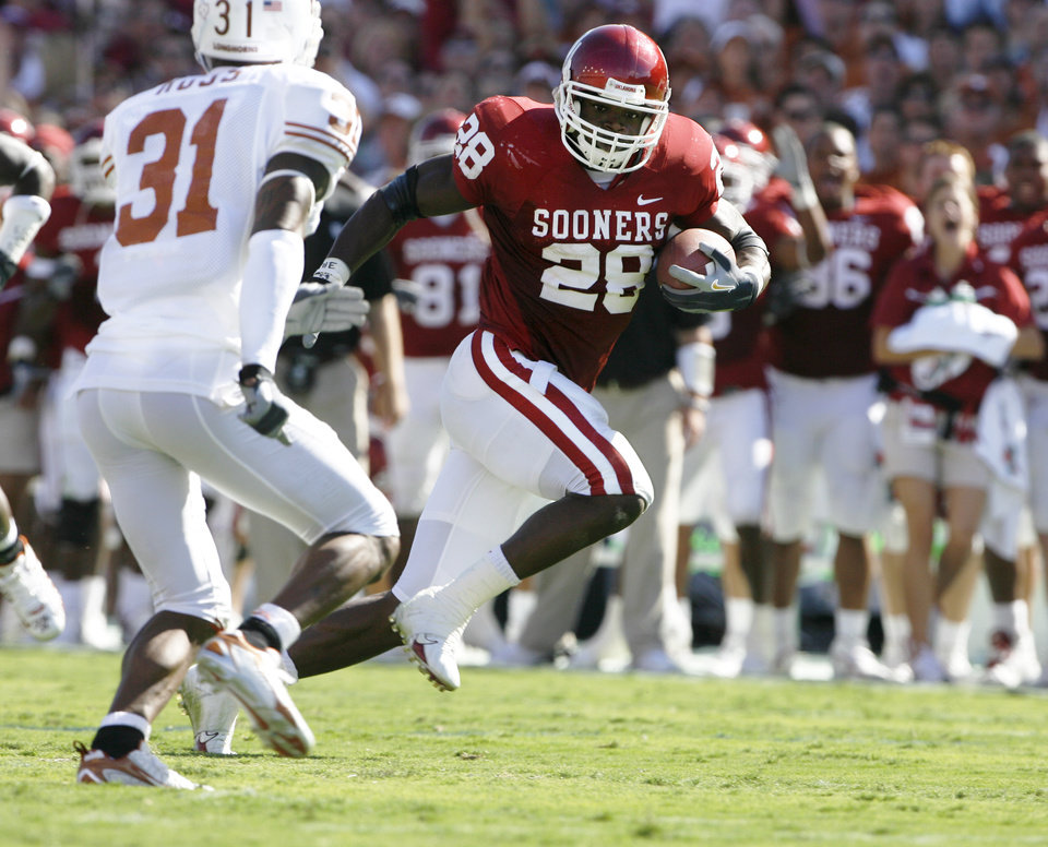 Photo - Oklahoma's Adrian Peterson (28) rushes away from Texas defender Aaron Ross (31) for a 29-yard touchdown in the second quarter during the University of Oklahoma Sooners (OU) college football game against the University of Texas (UT), in the Red River Shootout at the Cotton Bowl, on Saturday, Oct. 7, 2006, in Dallas, Tex.    by Steve Sisney, The Oklahoman  ORG XMIT: KOD