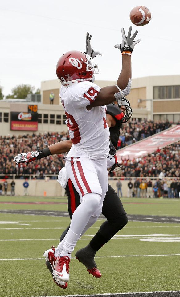 Photo - Oklahoma's Justin Brown (19) catches a touchdown pass during a college football game between the University of Oklahoma (OU) and Texas Tech University at Jones AT&T Stadium in Lubbock, Texas, Saturday, Oct. 6, 2012. Photo by Bryan Terry, The Oklahoman