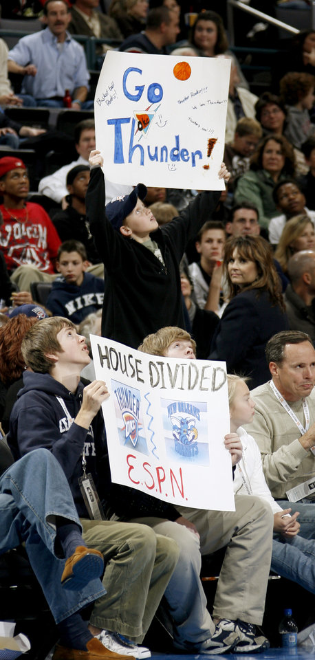 Photo - SIGNS: Fans cheer during the NBA basketball game between the Oklahoma City Thunder and the New Orleans Hornets at the Ford Center in Oklahoma City on Friday, Nov. 21, 2008.   BY BRYAN TERRY, THE OKLAHOMAN ORG XMIT: KOD