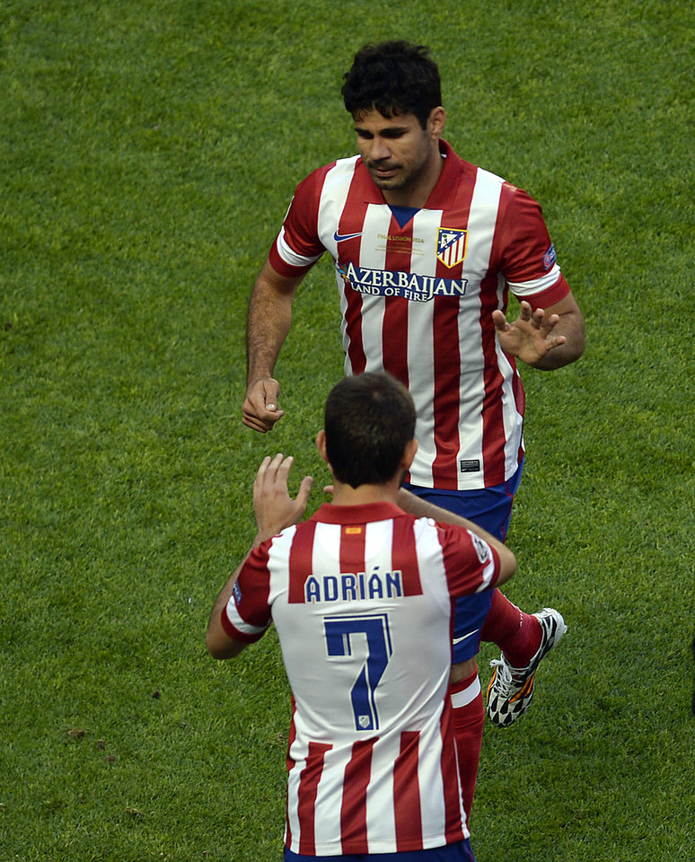 Photo - Atletico's Diego Costa, rear, leaves the pitch and is replaced by Atletico's Adrian Lopez during the Champions League final soccer match between Atletico Madrid and Real Madrid in Lisbon, Portugal, Saturday, May 24, 2014. (AP Photo/Paulo Duarte)