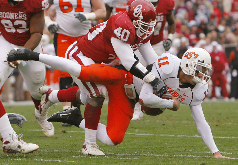 Photo - BEDLAM: Oklahoma's Curtis Lofton (40) takes down Oklahoma State quarterback Zac Robinson (11) causing a fumble during the first half of the college football game between the University of Oklahoma Sooners (OU) and the Oklahoma State University Cowboys (OSU) at the Gaylord Family -- Oklahoma Memorial Stadium on Saturday, Nov. 24, 2007, in Norman, Okla.   Photo By CHRIS LANDSBERGER, The Oklahoman ORG XMIT: KOD