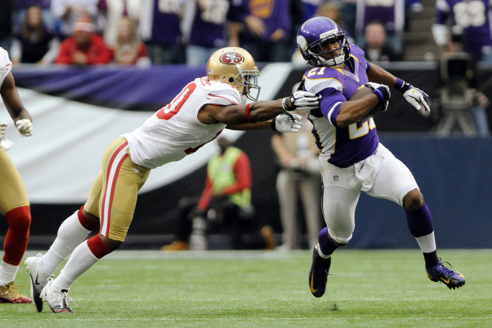 Photo -   Minnesota Vikings cornerback Josh Robinson, right, runs from San Francisco 49ers wide receiver Kyle Williams, left, after intercepting a pass during the second half of an NFL football game Sunday, Sept. 23, 2012, in Minneapolis. The Vikings won 24-13. (AP Photo/Jim Mone)