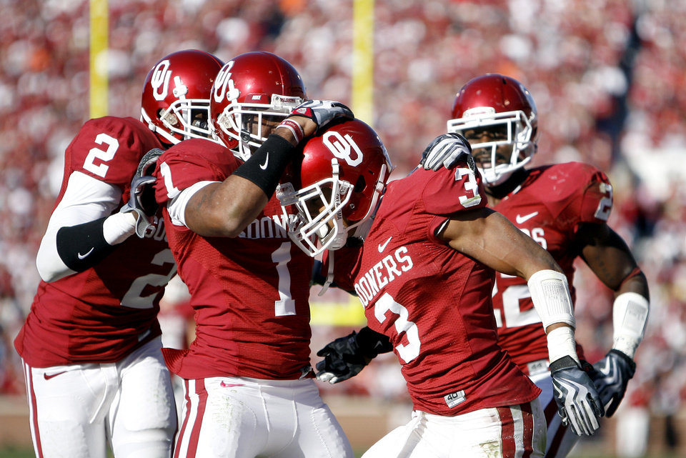 Photo - OU celebrates Jonathan Nelson's (3) interception during the second half of the Bedlam college football game between the University of Oklahoma Sooners (OU) and the Oklahoma State University Cowboys (OSU) at the Gaylord Family-Oklahoma Memorial Stadium on Saturday, Nov. 28, 2009, in Norman, Okla. Photo by Sarah Phipps, The Oklahoman