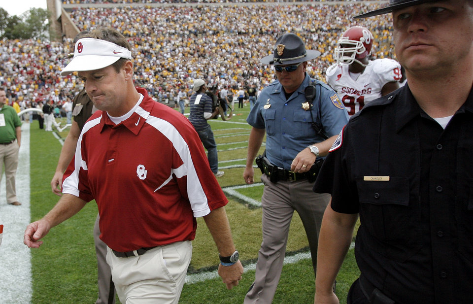 Photo - Oklahoma head coach Bob Stoops leaves the field after the college football game between the University of Oklahoma Sooners (OU) and the University of Colorado Buffaloes (CU) at Folsom Field in Boulder, Co., on Saturday, Sept. 28, 2007. Colorado won, 27-24. By NATE BILLINGS, The Oklahoman