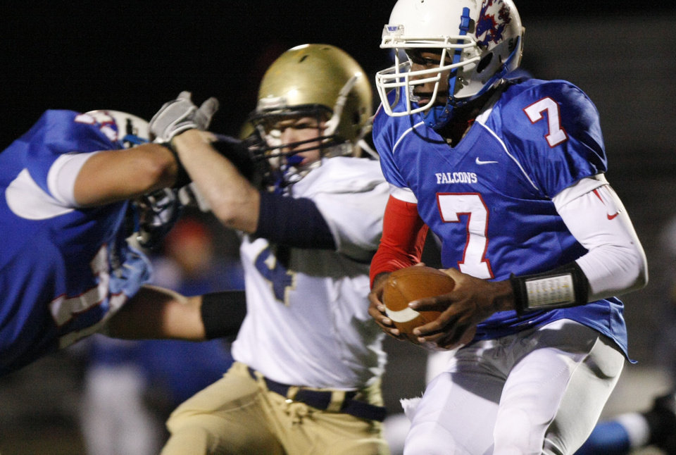 Photo - Millwood's Kevonte Richardson (7) runs with the ball behind a block on the Kingfisher defense during the Class 2A State semifinal football game between Millwood High School and Kingfisher High School on Saturday, Dec. 5, 2009, in Yukon, Okla. 