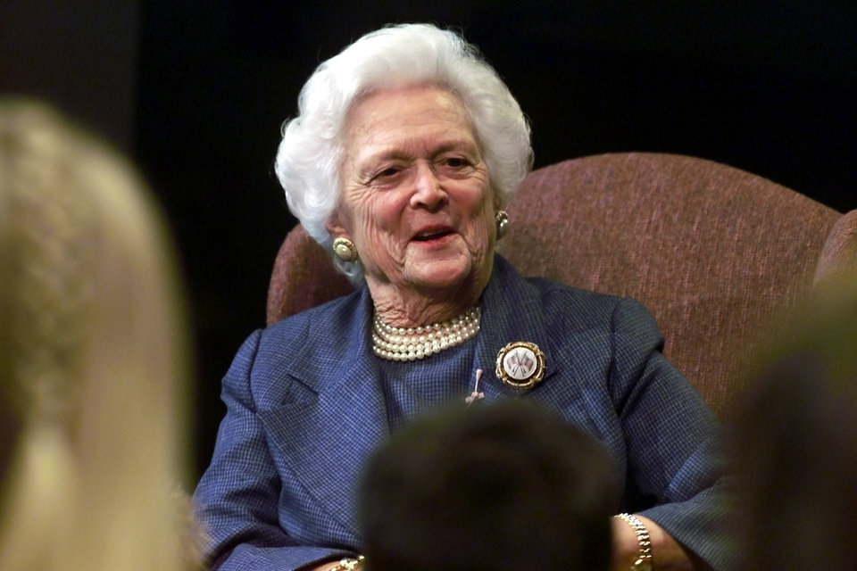 Photo - Former First Lady Barbara Bush reads to a group of Edmond, OK, students as part of a Community Educational Opportunity of Edmond program.  Mrs. Bush read from