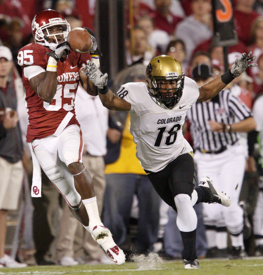 Photo - OU's Ryan Broyles catches an 81-yard touchdown pass in front of Colorado's Jonathan Hawkins during the college football game between the University of Oklahoma (OU) Sooners and the University of Colorado Buffaloes at Gaylord Family-Oklahoma Memorial Stadium in Norman, Okla., Saturday, October 30, 2010. Photo by Bryan Terry, The Oklahoman