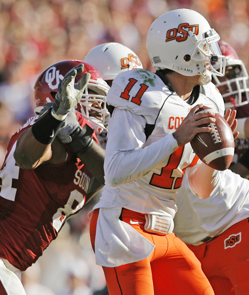 Photo - OU's Frank Alexander (84) comes in to sack OSU quarterback Zac Robinson (11) in the fourth quarter of the Bedlam college football game between the University of Oklahoma Sooners (OU) and the Oklahoma State University Cowboys (OSU) at the Gaylord Family-Oklahoma Memorial Stadium on Saturday, Nov. 28, 2009, in Norman, Okla. OU won, 27-0.