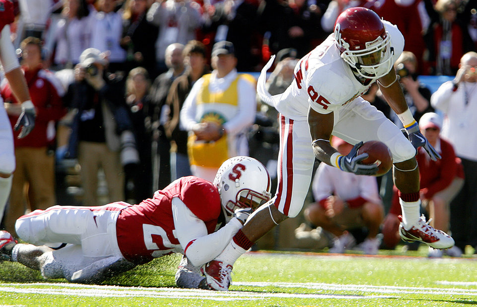 Photo - Oklahoma's Ryan Broyles (85) scores a touchdown in front of Stanford's Delano Howell (26) during the first half of the Brut Sun Bowl college football game between the University of Oklahoma Sooners (OU) and the Stanford University Cardinal on Thursday, Dec. 31, 2009, in El Paso, Tex.   Photo by Chris Landsberger, The Oklahoman