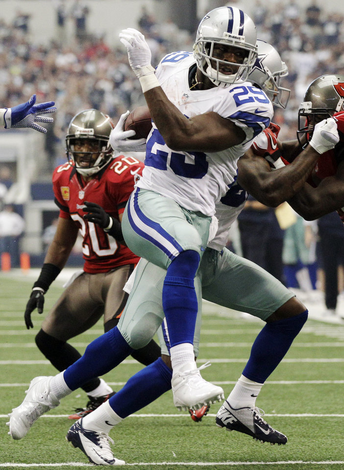 Dallas Cowboys running back DeMarco Murray rushes for a touchdown against the Tampa Bay Buccaneers during the first half of an NFL football game, Sunday, Sept. 23, 2012, in Arlington, Texas. (AP Photo/Tony Gutierrez)