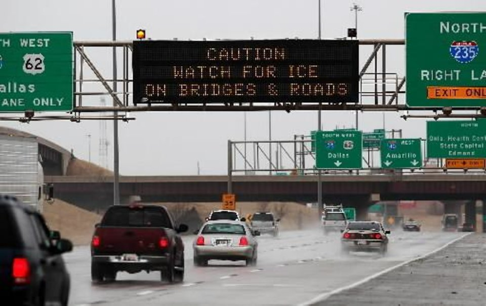 Photo - Winter weather will begin affecting road conditions as temperatures drop and freezing rain moves through the Oklahoma City area Thursday, Jan. 28, , 2010. Photo by Jim Beckel