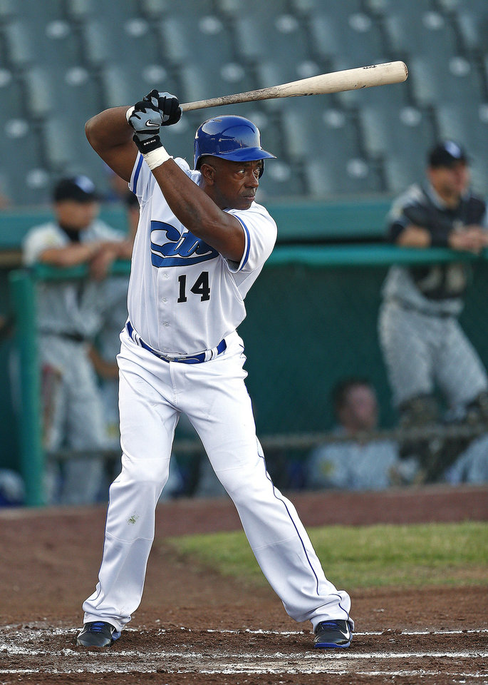 Photo - Fort Worth Cats' Julio Franco bats against the Rio Grande Valley WhiteWings in a United League baseball game Tuesday, May 20,2 014, in Fort Worth, Texas. Franco played parts of 23 major league seasons for eight teams from 1982-2007, with stints in Japan, Mexico and South Korea during that time. (AP Photo/Fort Worth Star-Telegram, Ron Jenkins) MAGS OUT (FORT WORTH WEEKLY, 360 WEST); INTERNET OUT