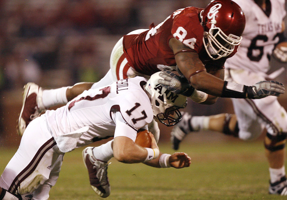 Photo - Oklahoma's Frank Alexander (84) sacks Texas A&M's Ryan Tannehill (17) during the second half of the college football game between the University of Oklahoma Sooners (OU) and the Texas A&M Aggies at Gaylord Family-Memorial Stadium on Saturday, Nov. 14, 2009, in Norman, Okla. 