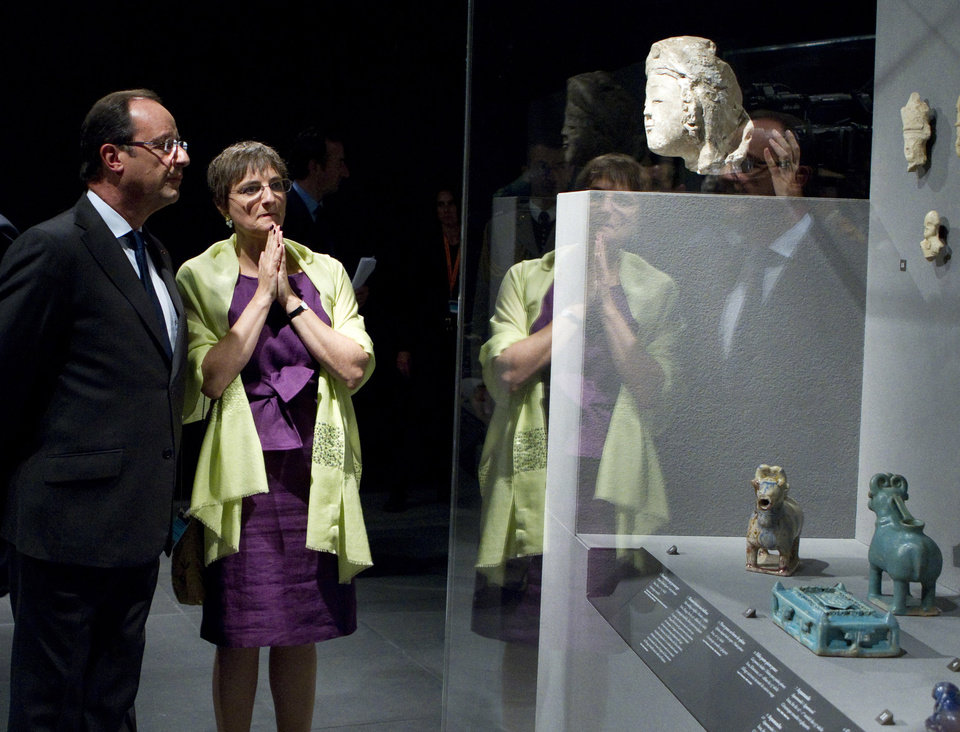 Photo -   French President Francois Hollande listens to Sophie Makariou, chief of Department of Islamic Arts, as he visits the new Department of Islamic Arts galleries at the Louvre museum in Paris, Tuesday Sept. 18, 2012. (AP Photo/Gonzalo Fuentes, Pool)