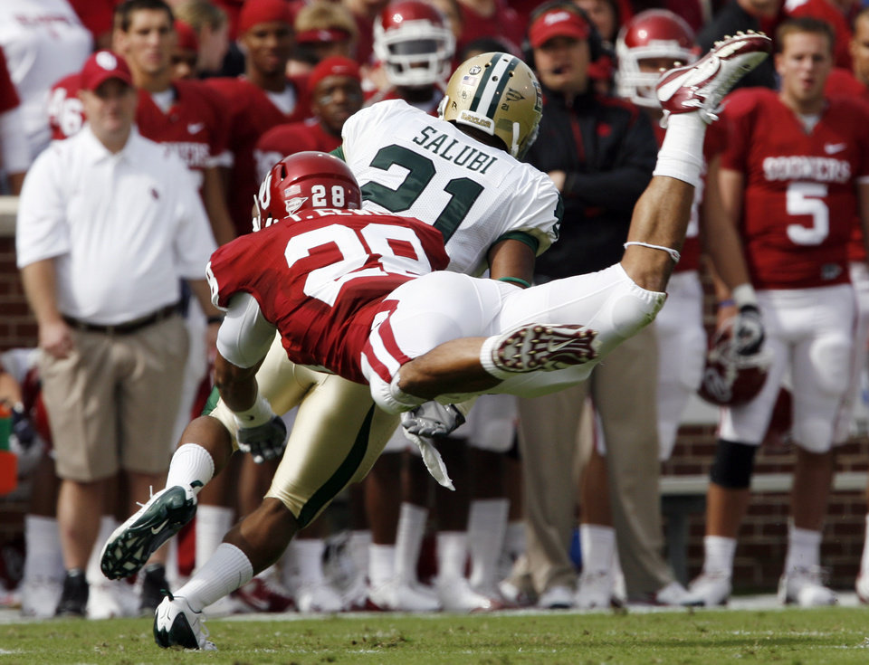 Photo - Travis Lewis (28) tries to chase down Jarred Salubi during the first half of the college football game between The University of Oklahoma Sooners (OU) and the Baylor Bears at the Gaylord Family-Oklahoma Memeorial Stadium on Saturday, Oct. 10, 2009, in Norman, Okla.
