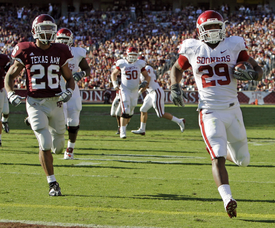 Photo - OU's Chris Brown rushes for a touchdown past Devin Gregg of Texas A&M in the first quarter during the college football game between the University of Oklahoma (OU) and Texas A&M University (TAMU) at Kyle Field in College Station, Texas, Saturday, Nov. 8, 2008. BY NATE BILLINGS, THE OKLAHOMAN