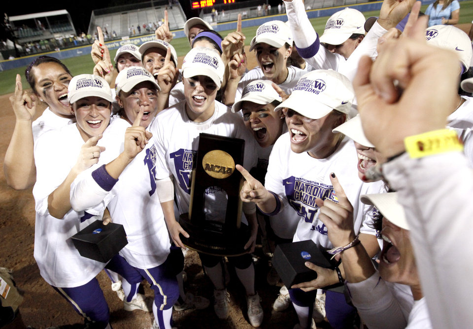 Photo - Members of the Washington celebrate after winning 3-2 over Florida in the second softball game of the championship series between Washington and Florida in Women's College World Series at ASA Hall of Fame Stadium in Oklahoma City, Tuesday, June 2, 2009. Photo by Bryan Terry, The Oklahoman