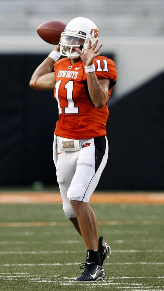 Photo - OSU quarterback Zac Robinson throws a pass in the second quarter during the Oklahoma State University (OSU) and Florida Atlantic University (FAU) college football game at Boone Pickens Stadium in Stillwater, Okla., Saturday, September 8, 2007. BY MATT STRASEN, THE OKLAHOMAN ORG XMIT: KOD
