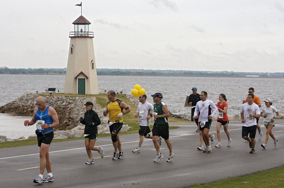 RUN, RUNNING: Marathon runners make their way past the lighthouse at Lake Hefner during the eighth annual Oklahoma City Memorial Marathon on Sunday , April 27, 2008, in Oklahoma City, Okla. PHOTO BY CHRIS LANDSBERGER ORG XMIT: KOD