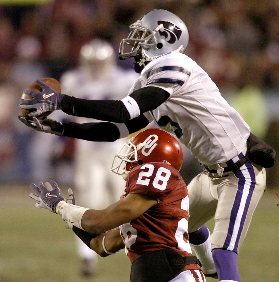 Kansas City , MU, Saturday December 6, 2003.The University of Oklahoma against Kansas State University during the Big 12 college football championship game at Arrowhead Stadium. James Terry of KSU makes a catch in front of Antonio Perkins of OU for a touchdown in the second quarter.  Staff photo by Bryan Terry