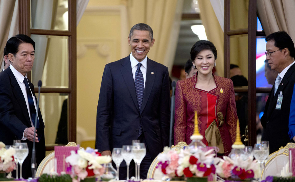 Photo -   U.S. President Barack Obama, second left, and Thai Prime Minister Yingluck Shinawatra, second right, arrive for an official dinner at Government House in Bangkok, Thailand, Sunday, Nov. 18, 2012. (AP Photo/Carolyn Kaster)