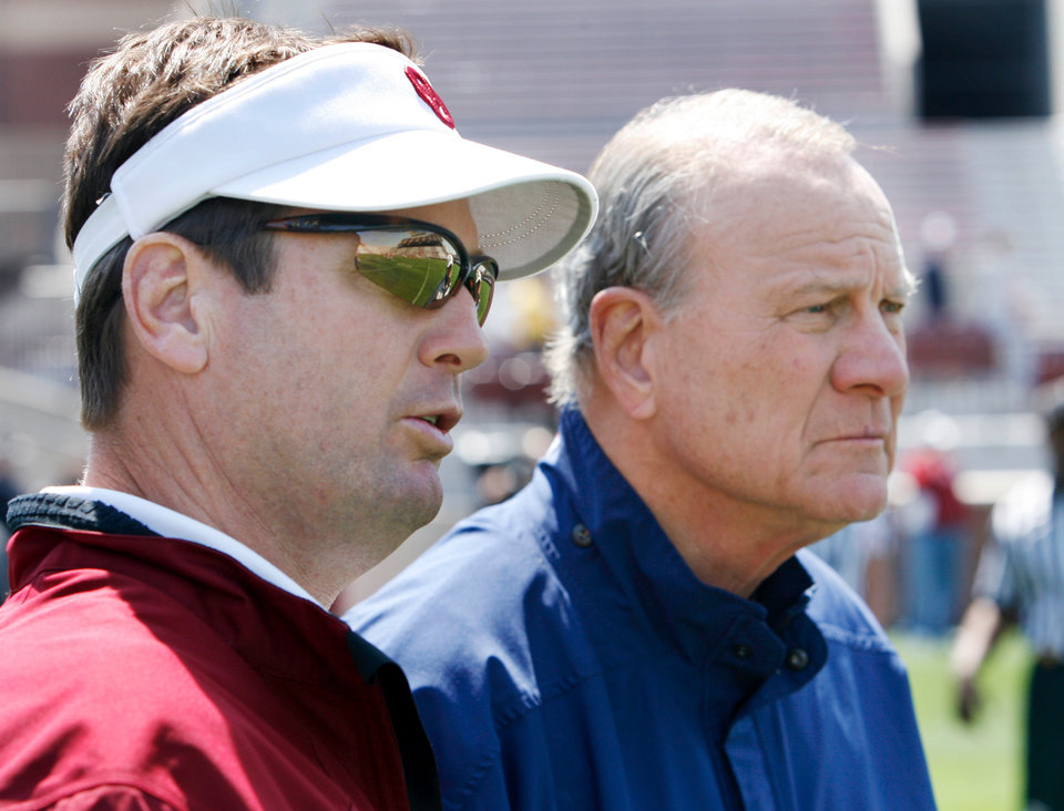 Photo - OU, SPRING FOOTBALL, SCRIMMAGE: Former head coach Barry Switzer and current head coach Bob Stoops (left) watch before the University of Oklahoma college football team scrimmages at Gaylord Family -- Oklahoma Memorial Stadium in Norman, Okla., Saturday, April 5, 2008   BY STEVE SISNEY ORG XMIT: kod