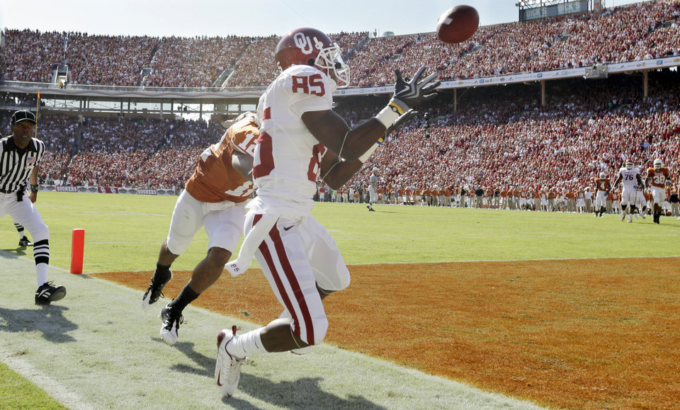 Photo - OU's Ryan Broyles (85) makes a catch in the end zone but is out of bounds in front of Earl Thomas (12) of Texas in the first quarter during the Red River Rivalry college football game between the University of Oklahoma Sooners (OU) and the University of Texas Longhorns (UT) at the Cotton Bowl in Dallas, Texas, Saturday, Oct. 17, 2009. Photo by Nate Billings, The Oklahoman