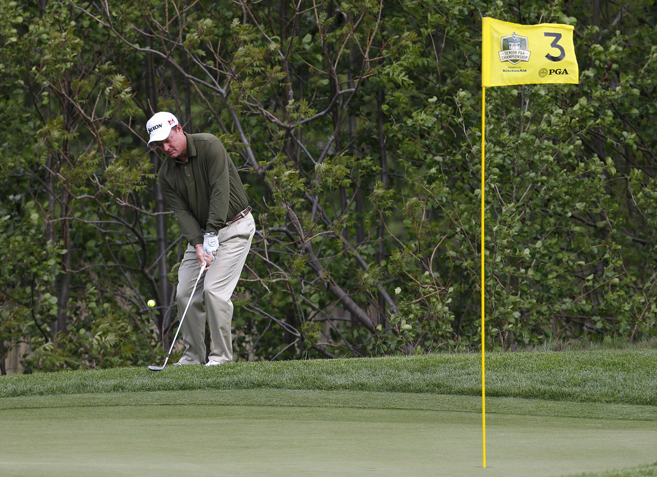Photo - Joe Durant chips onto the third green during the first round of the Senior PGA Championship golf tournament at Harbor Shores Golf Club in Benton Harbor, Mich., Thursday, May 22, 2014.  (AP Photo/Paul Sancya)