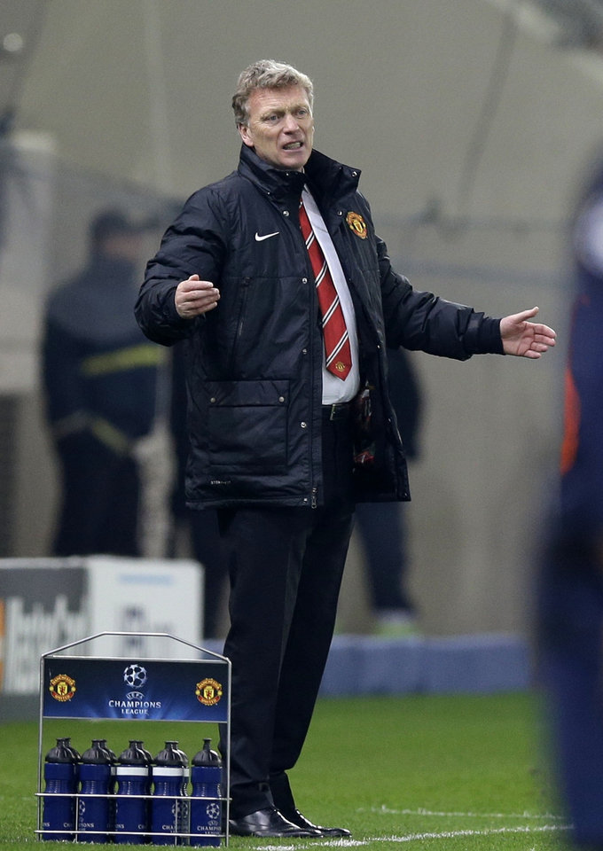 Photo - Manchester United's coach David Moyes reacts after to a players' mistake during a Champions League, round of 16, first leg soccer match against Olympiakos at Georgios Karaiskakis stadium, in Piraeus port, near Athens, on Tuesday, Feb. 25, 2014. Olympiakos won 2-0. (AP Photo/Thanassis Stavrakis)