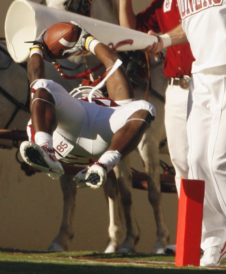 Photo - Ryan Broyles catches a touchdown pass during the first half of the college football game between the University of Oklahoma Sooners (OU) and Utah State University Aggies (USU) at the Gaylord Family-Oklahoma Memorial Stadium on Saturday, Sept. 4, 2010, in Norman, Okla.   Photo by Steve Sisney, The Oklahoman