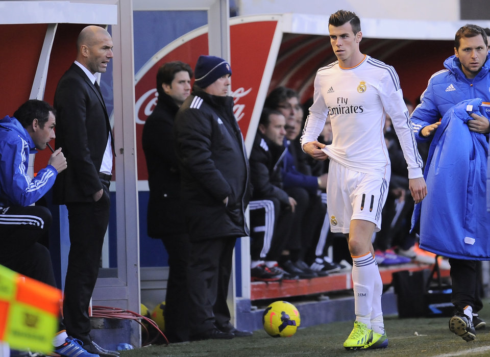 Real Madrid\'s Gareth Bale, second right, leaves the pitch in the second half, during their Spanish League soccer match against Osasuna, at El Sadar stadium, in Pamplona northern Spain on Saturday, Dec. 14, 2013. (AP Photo/Alvaro Barrientos)